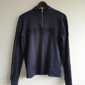 Velholdt sweatshirt fra Ganni. Den har detaljer i gennemsigtigt stof som det fremgår af billederne. Vaskemærket er klippet ud men husker den som en størrelse 36 :)