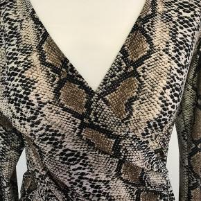 """Elegant og smart kjole i """"snake"""" fra Sisters Point i str XS"""