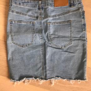 Denim nederdel fra Vero Moda. Nederdelen er aldrig gået med, men sidder virkelig godt og er meget elastisk i stoffet. 💙