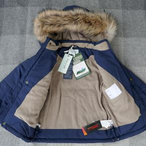 Varetype: Vinterjakke med pels *NY* Størrelse: 110 Farve: mørkeblå Nypris: 1.799 kr.  Super lækker vinterjakke fra Mini A Ture, som aldrig har været brugt - prismærket sidder stadig i (den er købt i England for 222,50 Pund - i DK kostede den 1.799 kr.).  Den er vind-/vandtæt (vandsøjletryk 12.000) og åndbar. Har tapede sømme, vindfang ved håndleddene og aftagelig hætte med en aftagelig kant af ægte pels. Den er foret med fleece og isoleret med Thermolite. Den kan strammes ind for neden.  Style: Wessel Fur Farve: Peacoat Blue  Bud fra 775 kr. pp.  Jeg bytter ikke, men handler gerne via Mobilepay :-)