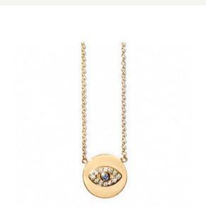 Fantastisk smuk halskæde fra Line & Jo, Miss Nee Gold Diamond Sapphire, i 14 karat guld og 10 x 0,005 karat og 1 x 0,05 karat Top Wesselton VS2 diamanter, og 1 x 0,02 karat blå safir. Kædelængde 43 cm. Brugt få gange. Fuldstændig som ny. Nypris 8900,-. Venligst se mine andre annoncer!