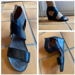 Smukke Ca shott sandaler i læder str 37 med kilehæl. Aldrig brugt ! Købspris 900 kr Sælges for 250 kr som er med forsendelse
