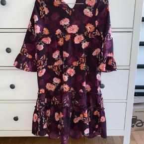 Blomster kjole  brugt en gang   Ny pris-300kr