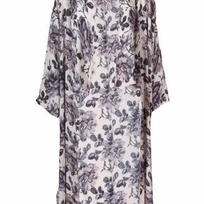 119c8c75e54 Smuk blomstret kimono fra Ganni i råhvid med blomster