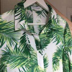 Lækker og let skjorte med palmeprint. Lidt stor i størrelsen, skal sidde løst. Brugt ganske få gange.
