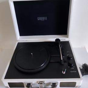 """Groove Sound - Pladespiller i hvid.   Fin stand, med brugstegn. - Kan fint det den skal.   """"Groove Sound pladespilleren har et retro-design, som skaber en autentisk atmosfære. Pladespilleren har indbyggede højtalere. Groove Sound pladespillerens moderne features giver dig samtidig mulighed for at afspille dine yndlingstracks fra din telefon eller tablet via Bluetooth og overspille dine LP'er til din PC eller Mac computer.  Danske Groove Sounds fokus på at forene den nyeste teknologi med et trendy design betyder at forbrugeren får det bedste fra begge verdener: moderne features præsenteret i moderigtigt design, som komplementerer nutidens interiørtrends.""""  OBS: Holder ikke på strøm uden stik.   Fast pris.   Bytter og sender ikke.        Annoncen slettes når solgt, så ingen grund til at spørge om dette 🙂  Useriøse henvendelser frabedes.      #pladespiller #lp #vinyl #groovesound"""