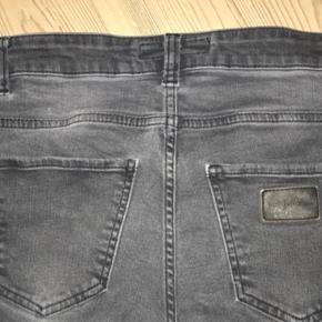 """Varetype: Jeans Størrelse: 28""""/32"""" Farve: Grå  Hul på knæ er revnet se billede   Bytter ikke"""