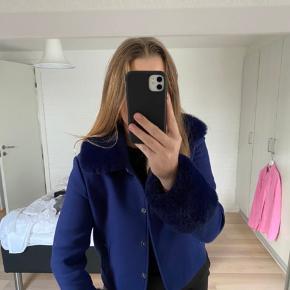 Fin jakke fra meotine. Mørkeblå. Med faux fur, som kan tages af hvis ønsket. Brugt, men stadig i meget pæn stand. Str s/m