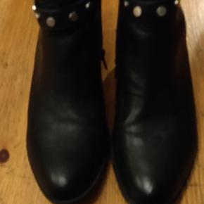 Worn twice. Naturalizer boots very comfortable. Only one part of the sole that is slightly worn out. The boot says 38.5 but it fits a bit larger, like a 39.