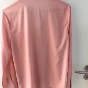 Fin skjorte i polyester  Perleknapper foran og ved ærmerne