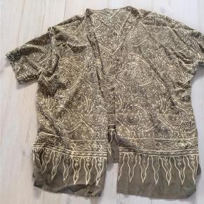 Brand: ** Varetype: Flot kimono jakke Størrelse: ONE SIZE Farve: Se billeder  Flot kimono jakke  Handler gerne via mobilpay - ellers plus gebyr :)  Spørg og byd.......