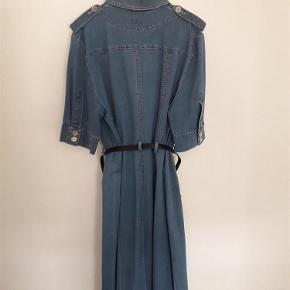 Varetype: kjole Ny Størrelse: 44 Farve: Denimblå Oprindelig købspris: 1650 kr.  Elegant og behagelig denimkjole. Kjolen havde oprindelig et sølvbælte. *Men det har jeg desværre foræret væk. Mål: Ærmegab til ærmegab 55 cm enkeltsidet. det fortsætter hele vejen ned Passer til Jakke/Sæt 58239615