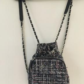 Fin lille skuldertaske fra Zara sælges.  Højde 22cm. Bredde 20 cm. Dybde 10 cm. Se også min andre spændende annoncer🌸