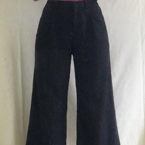 Sorte bukser fra MONKI i str. small. Jeg er 168, og bukserne går mig til midt-skinneben.