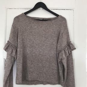 Fin strikket bluse med flæsedetalje str. S.  Dejlig blød at have på.   Brugt en enkelt gang eller to.