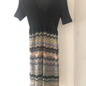 Smukkeste bløde kjole fra Missoni i uld og viskose. Str it 48, vil passe en dk 40 eller lille 42, kjolen har underskørt.