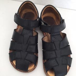 Fed sandal i fin stand i meget mørkeblå. Ved forsendelse betaler porto køber porto. Sender med dao