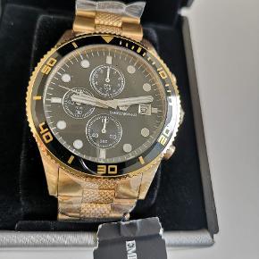 Ø43mm Armani herreur med original ure boks og garantibevis. Ny pris 3.295 kr. Vandtæt til 3ATM og kronograf visning