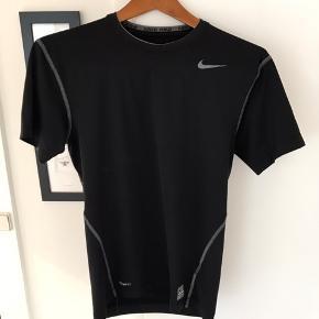 Nike Pro sports T-shirt. Fejler intet.  Den sidder til  Jeg bytter ikke 😊