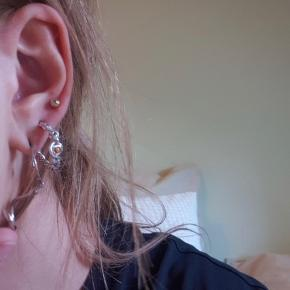 Maanesten øreringe, brugt et par gange, og fejler derfor intet! Byd :)