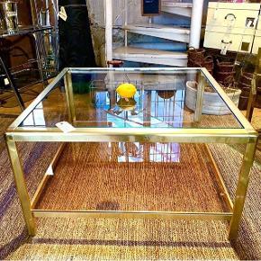 Smukkeste sofabord - fransk vintage fra Fil de fer.  Messing stel med 2 glasplader.  Øverste glasplade klar glas. Nederste glasplade støvet rosa.  Super flot og eksklusivt look.  Nypris 7900kr