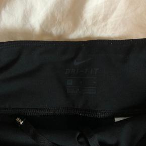 - pris er inkl fragt :)   Super smarte shorts fra Nike, som kan strammes ind i livet - aldrig brugt da jeg desværre ikke kan passe dem 🙄❤️  • Sørger for at gøre handlen CO2 neutral ved slag- tilbyder mængde rabat 💃🏼