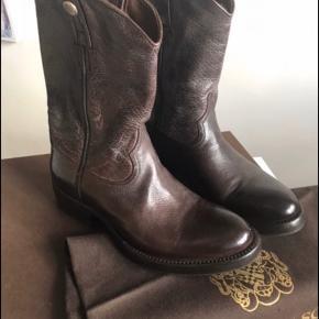 Super lækre håndlavede støvler fra Alberto Fasciani. De er blevet forsålet med gummisåler, så de tåler det danske vejr. Rummelige i størrelsen. Brugt én gang.