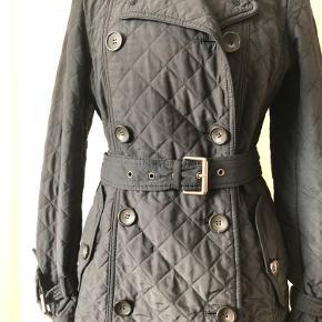 Flot quiltet frakke fra MaxMara Weekend. Str 38. Lille fejl, se sidste foto.