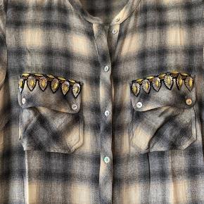 Super lækker skjortekjole, som desværre er blevet for lille til mig. Brugt, men i virkelig god stand. Smukke detaljer med brystlommerne. Gi' et bud...