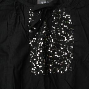 Fin tunika/kort kjole.  Materialeangivelsen er klippet ud, da mærket kunne ses gennem stoffet.  Brystmål ca. 2x47,5 Længde fra skulderen og ned ca. 85  Jeg tager ikke billeder med tøjet på.
