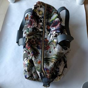 """Flot weekend taske fra Dolce & Gabbana. Har aldrig været brugt. Tasken er købt i en outlet butik og har hvad der minder lidt om et """"broderet"""" mønster i flotte farver. Der medfølger desuden dustbag."""
