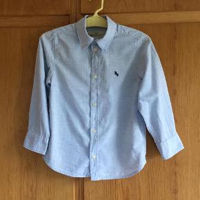 Brand: H & M Varetype: Skjorte Farve: Lyseblå  Fin stand, 100% bomuld.  PORTO KUN 20 KR.  Handler helst over MobilePay.