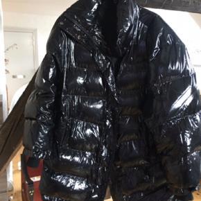 Super fed overSize vatteret jakke fra sidste vinter. Str. M - dejligt varm og god i regn .   Kun brugt få gange   Farve : sort lak agtig  NYPRIS 500   Byd