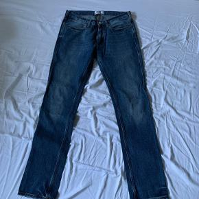 Lækre straight jeans fra Acne for små til mig. Det passer en W28 selvom der står W31 L32 i da Acne jeans generelt er ret små i str.   Fittet er smalt straight og midwaist