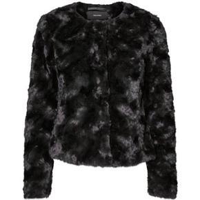 Vero Moda faux fur jakke. Har været brugt en 5-6 gange  #30dayssellout