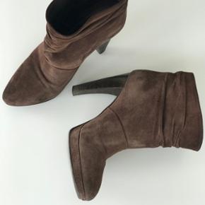 Boss støvler i brunt ruskind, str. 38, nypris 3250kr, brugt men meget fint velholdt - sender på købers regning og bytter ikke 🛍 Byd gerne