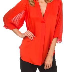 Orange/rød skjorte med 3/4 ærme, str. 34 ( passes af en 36/38) ny pris 1799 kr. Bytter ikke - mp. 800 kr pp via mobilpay.