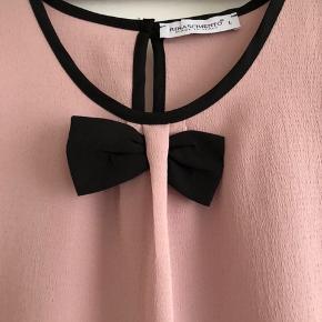 Super sød bluse fra Rinascimento i gammelrosa.