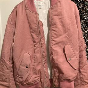 Super fed 'Thomasson' bomber-jakke fra Soulland. Kvittering og prismærke medfølger desværre ikke, men den er aldrig brugt. Er desværre en lille smule for stor til mig (fitter mellem M og L). Er åben for bud!