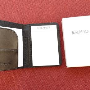 Balmain pung  Pisse lækker kval og kan rumme  mange penge og kort Følger notesbog med