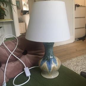 Helt ny lampe fra Bahne. I keramik og med hvid skærm. Aldrig brugt, helt ny!