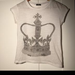 Hvids t-shirt fra QueenZo, med en krone på. Er åben over for bud.