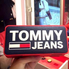 Tommy Hilfiger højtalere 🎼🎺 Lidt om højtaleren: Wireless Technology: 4.1 + EDR Wireless Range: 10m Voltage: 3.7V Frequency: 150 Hz - 18kHz Battery: 1200mAh Power: 4W x2  Byd gerne kan både afhentes i Århus C og sendes på købers regning 📮✉️