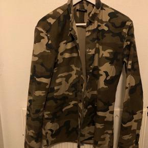 Camo skjorte fra Balmain i flot stand til salg, da den sjældent bruges..   Brug kan tælles på under to hænder.   MP: 2000,-   Bud derunder bliver ikke taget seriøse.
