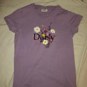 Den fine t-shirt er en str. s, men passer også en medium. Der er ingen små huller eller andre tegn på slid.💜
