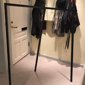 Stort stort Hay tøjstativ sælges  Mål:  B130 D60 H150cm  Kan hentes på Nørrebro