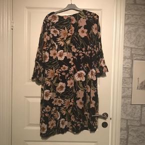 Super fin kjole , jeg har kun haft den på 2 gange , str 46 men den er stor i størrelsen og er rigtig fin hvis man har lidt mave der skal skjules