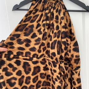 Smukkeste maxikjole med bindebånd i talje og nakke. Brugt få gange.   Mindstepris kr. 750,- po