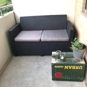 Udendørs sofa inkl hynder. (Bemærk: kun sofaen, har ikke stole og bord )  Kun stået ude under overdækket altan.  Mål fra hjemmeside: H: 77 x B: 129 x D: 65 cm