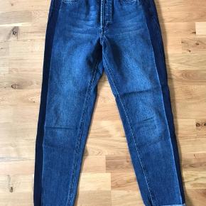 Oversized jeans fra Gestuz i str. 25 med mørkeblå stribe langs benene. Nypris var 1000 kr, og de er blevet brugt få gange.